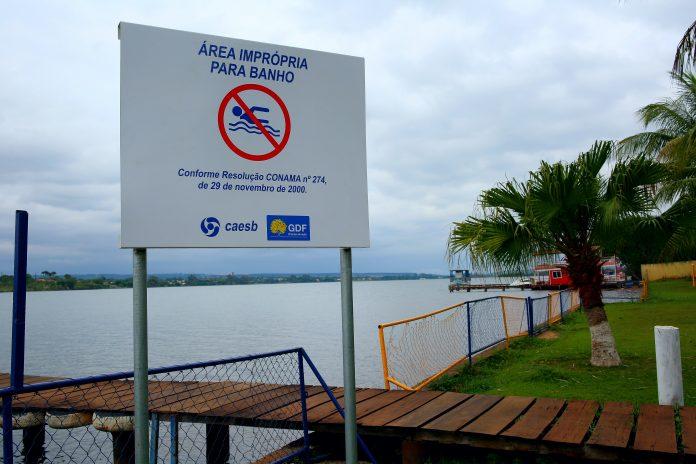 Caesb produz e instala placas para orientar usuários do Lago Paranoá