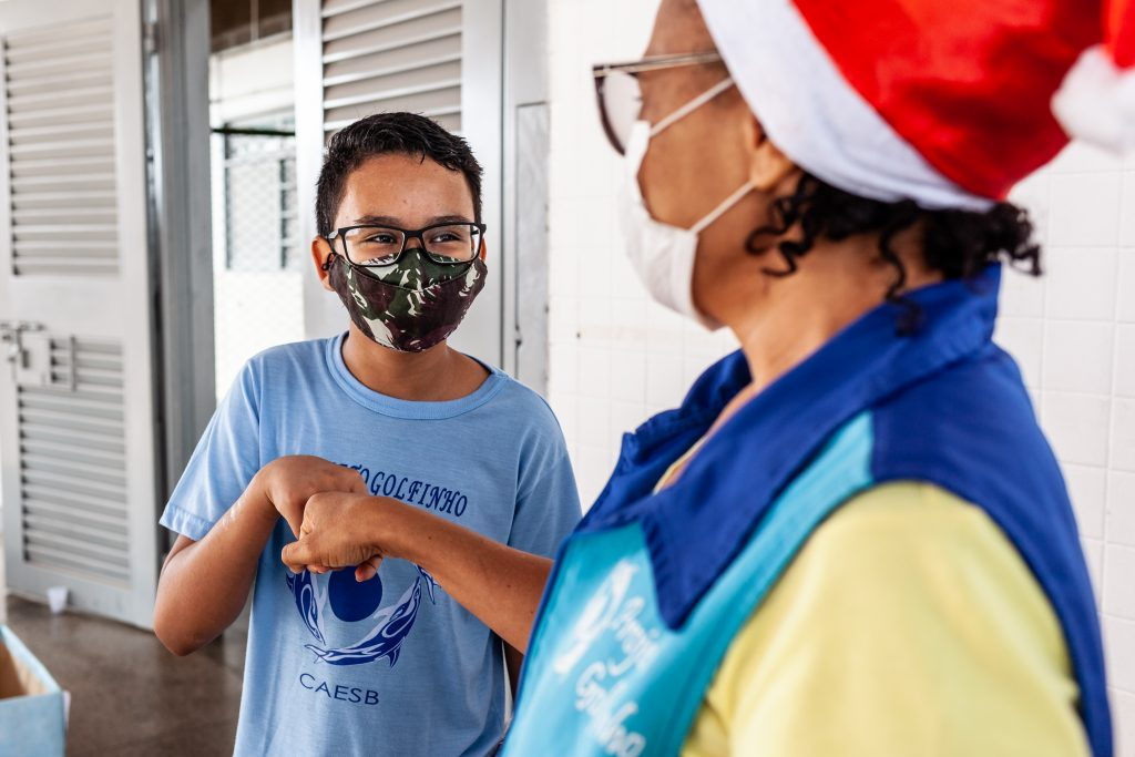 Caesb faz campanha de Natal e presenteia crianças do Projeto Golfinho