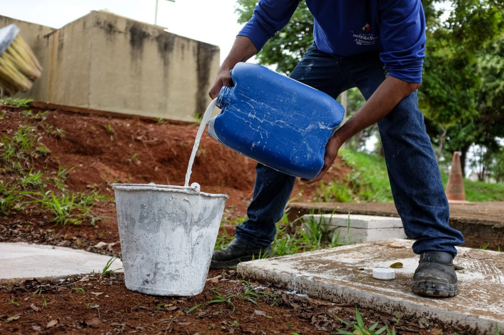 Caesb reaproveita cal usada no tratamento de água para pintura de unidades da Companhia