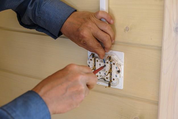 Saiba diferenciar e identificar a importância das tomadas elétricas